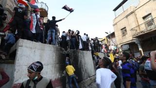 قذائف في المنطقة الخضراء.. إضراب بالعراق وإصابات خلال مواجهات مع الأمن