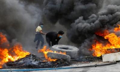 حكم بسجن مطلق نار على متظاهرين.. الاحتجاجات تتصاعد وساسة العراق يبحثون عن مخرج