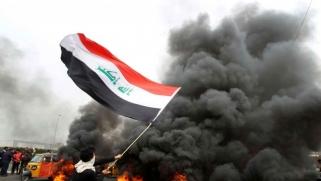 احتجاجات العراق تتصاعد.. قطع طرق وإغلاق دوائر حكومية