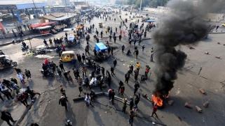 بعد كر وفر.. المحتجون يسيطرون على الشارع الرئيسي في بغداد