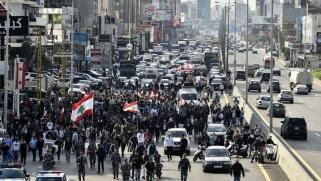 لبنان.. مواجهات بين المحتجين وقوات الأمن أمام مدخل البرلمان