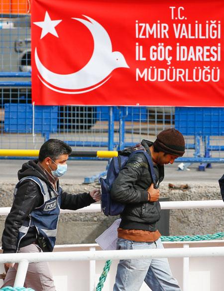تركيا والاتحاد الأوروبي.. انتقام يدفع ثمنه اللاجئون