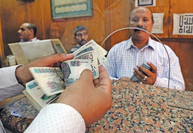 An employee counts Egyptian pounds in a bank in Cairo, Egypt, November 3, 2016. REUTERS/Mohamed Abd El Ghany