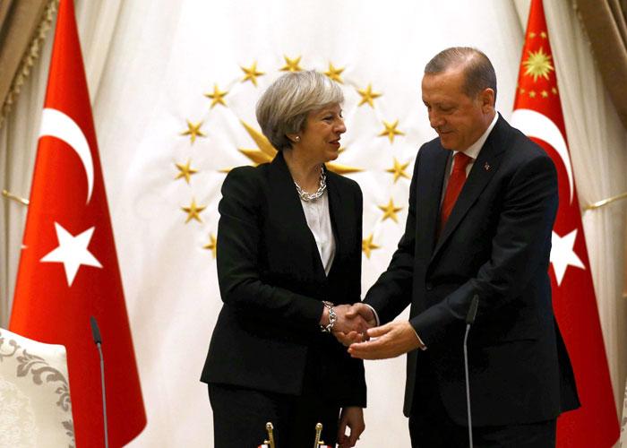 تيريزا ماي.. المصالح مع تركيا أولى من سمعة بريطانيا كمدافع عن حقوق الإنسان