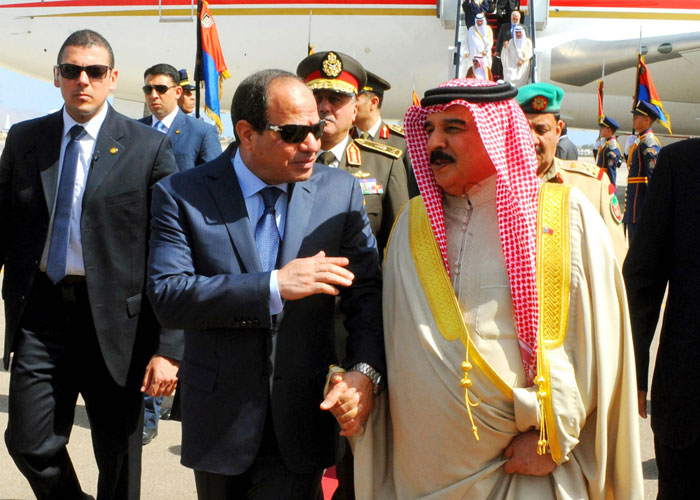 العاهل البحريني في القاهرة لتوحيد المواقف قبيل القمة العربية