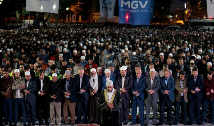 """آلاف يصلّون قبالة """"أيا صوفيا"""" بذكرى فتح القسطنطينية"""