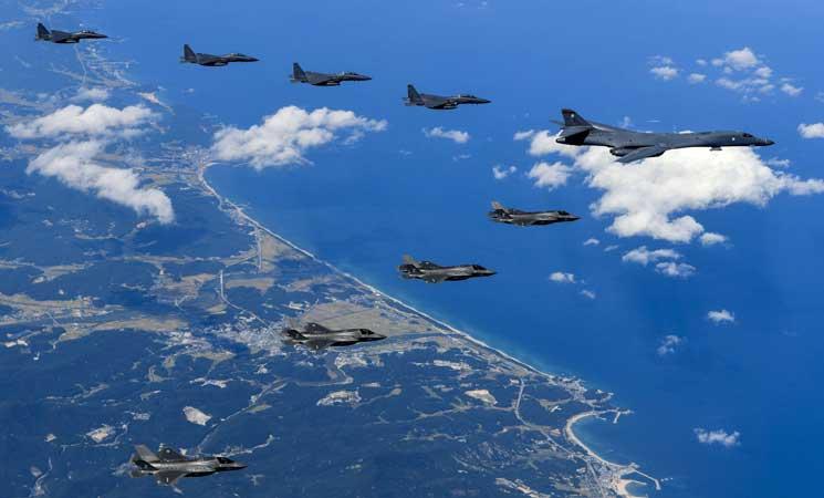 """بيونغ يانغ تحرك طائرات وتعزز دفاعاتها بعد إرسال واشنطن قاذفات للمنطقة وسيول تدعو لـ""""تجنب التصعيد"""""""