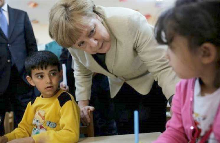 ميركل والدفاع عن قرار استقبال اللاجئين في ألمانيا