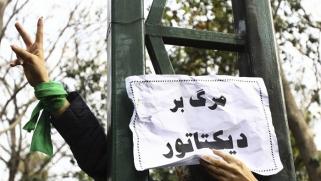 النظام الإيراني محاصر: مظاهرات في الداخل وموقف متشدد في الخارج