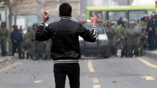 الاحتجاجات متواصلة ضد النظام الإيراني وهجوم على حوزة دينية