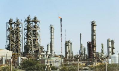 النفط يتراجع 4 في المئة إلى أدنى مستوى في 14 شهراً