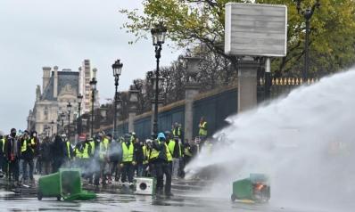 لا زيادة بأسعار المحروقات والكهرباء.. ماكرون يخضع لإرادة المتظاهرين