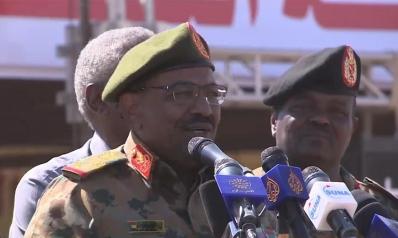 """حشود بالقضارف السودانية تهتف بإسقاط النظام والبشير يتهم """"العملاء"""""""