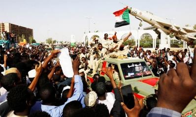 """السودان: حشود ضخمة تتحدى الجيش… والمجلس العسكري يتمسك بـ""""السلطة السيادية"""""""