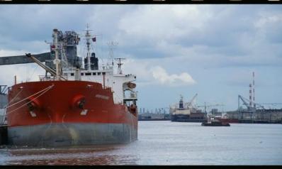 النفط يلامس 70 دولاراً… والغاز يترقب طلباً صينياً بـ360 مليار متر مكعب
