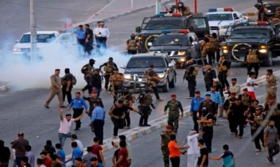 العراق: متظاهرون ينزلون العلم الكويتي في قنصلية البصرة احتجاجا على إساءة زعيم قبلي لنساء المدينة