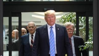 رحيل كبير الصقور بالإدارة الأميركية.. خلافات شديدة تدفع ترامب لإقالة بولتون وإيران تعقب