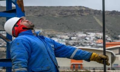 انخفاض المخزونات الأميركية يرفع سعر النفط… والتباطؤ يضرب الأسهم