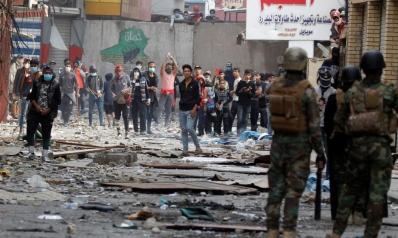 الأمن يرغم المتظاهرين على التراجع ببغداد ومحتجون يغلقون الطرق بالجنوب