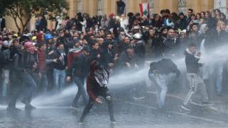 الحريري وعون يعلقان.. أكثر من 200 مصاب بمواجهات بين المحتجين والأمن وسط بيروت