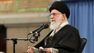 خامنئي يدعو الإيرانيين لمشاركة مكثفة في الانتخابات البرلمانية