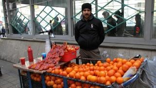 في إيران.. حتى البرتقال يشترى ببطاقات الائتمان