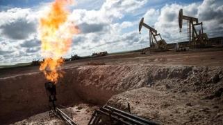 النفط ينتعش بفعل احتمال تعميق تخفيضات معروض أوبك+