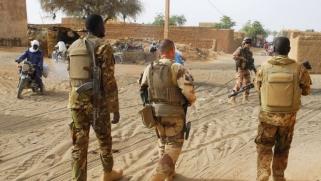 مخاطرة إنقاذ الساحل الأفريقي من الإرهاب بتحفيز الصراع بين القاعدة وداعش