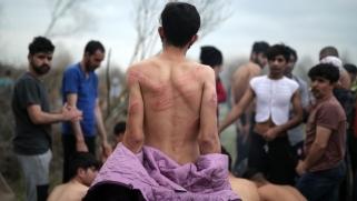 شاهد.. لاجئون أعادتهم اليونان عرايا إلى تركيا