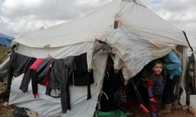 لوموند: عشر ساعات مع الهاربين من قصف الأسد.. نازحو إدلب عالم خارج العالم