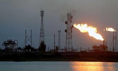العراق بصدد تعليق مشروعات والاقتراض من الخارج لتعويض انهيار عائداته النفطية