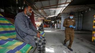 عراقيون يكسرون حظر التجوال ويصطدمون برجال الشرطة بحثا عن عمل
