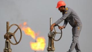 العراق يواجه تحديات انخفاض إيرادات النفط إلى النصف