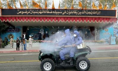 إيران تناور باستعراض مستلزمات طبية وأطباؤها يحتجون على الوضع الصحي