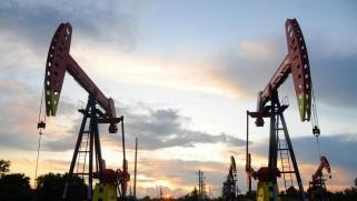 بيانات صادمة تكبح صعود النفط والخام الأميركي