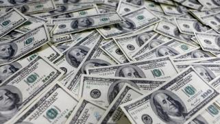 هل يفقد الدولار مزاياه الاقتصادية وسط الإقبال على إطلاق العملات الرقمية؟