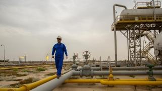 انخفاض حاد في إيرادات العراق النفطية وتحديات اقتصادية تلوح في الأفق