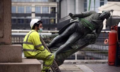 تماثيل رموز العنصرية تتهاوى تحت غضب المحتجين في مدن بريطانية