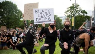 غارديان: الاحتجاجات يمكن أن تكون نقطة تحول في سياسة أميركا العنصرية