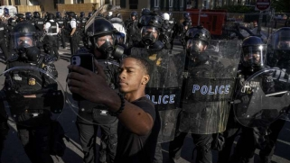 يكفلهما الدستور.. هل يعمق التظاهر وحمل السلاح أزمة أميركا؟