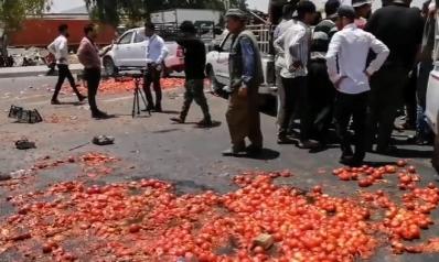 مزارعون عراقيون يتلفون محاصيلهم ويلقونها في الشوارع.. وهذا هو السبب