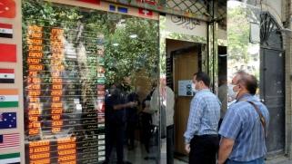 شح السيولة النقدية يُغرق الإيرانيين في دوامة الفقر