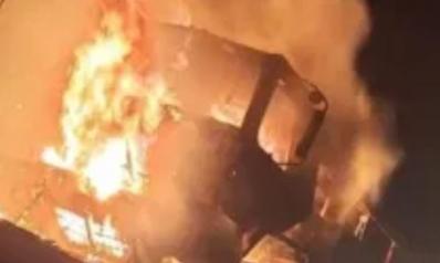 العراق.. مسلحون يحرقون شاحنات للقوات الأميركية جنوب بغداد