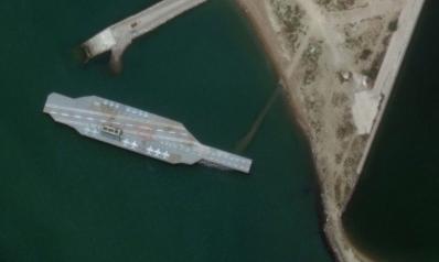 إيران تستعرض قدراتها في مضيق هرمز بحاملة طائرات مزيفة