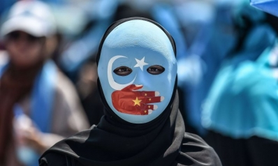 الصين تكره الإيغور على العمل في مصانع لإنتاج الأقنعة والملابس الواقية وتصدرها لأمريكا والعالم