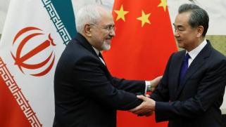 """إيران بين مبادئ الثورة وتأسيس علاقة """"الزبائنية"""" مع الصين"""