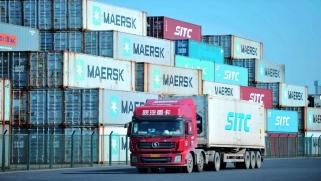 ترامب يجمّد محادثات التجارة مع الصين… وينظر في الانسحاب منها