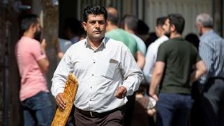 الطوابير الطويلة أمام المخابز تضرم شرارة انتفاضة جديدة في إيران
