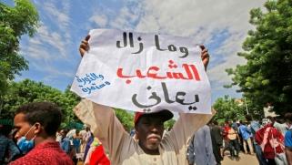 تجمع المهنيين السودانيين إلى الشارع مع ترهل قبضة المدنيين وتنامي قوة العسكريين