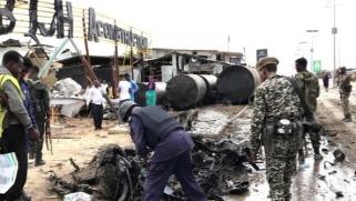 بينهم ضباط كبار.. 10 قتلى في تفجير انتحاري قرب ملعب بالصومال